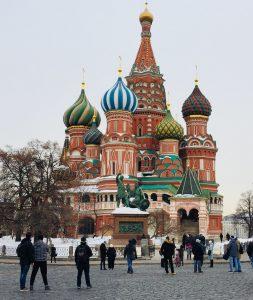 כנסיית וסילי הקודש הצבעונית במוסקבה על רקע הנוף הסגרירי של העיר. שיקוף לקונפליקט של בעלי עסקים, בין חייהם הפרטיים לעסקיים.