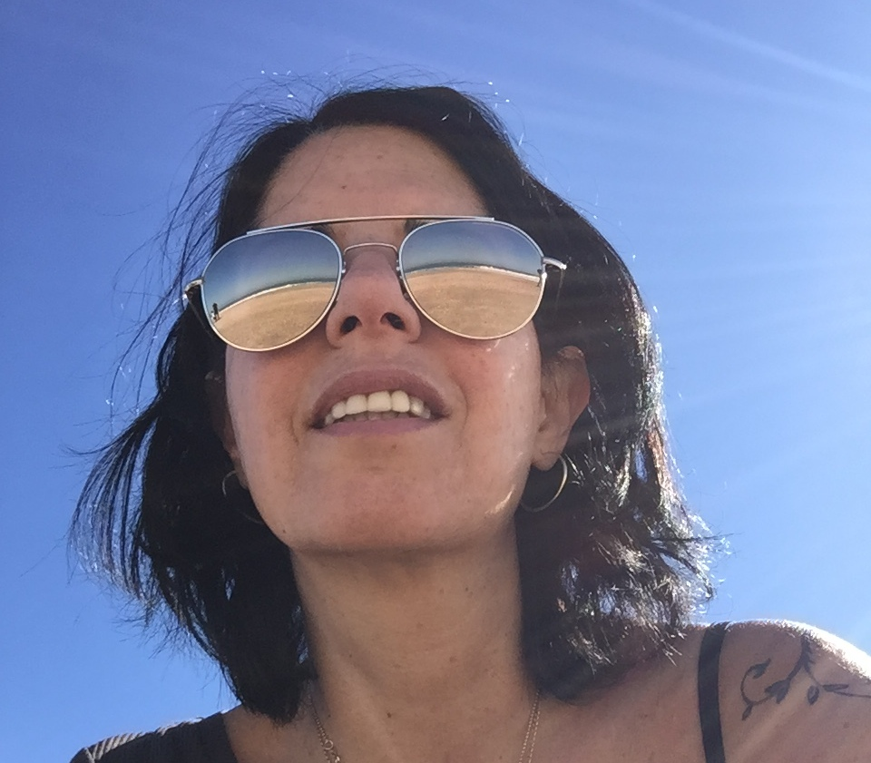 נורית באום נוף ים משתקף מבעד למשקפיים